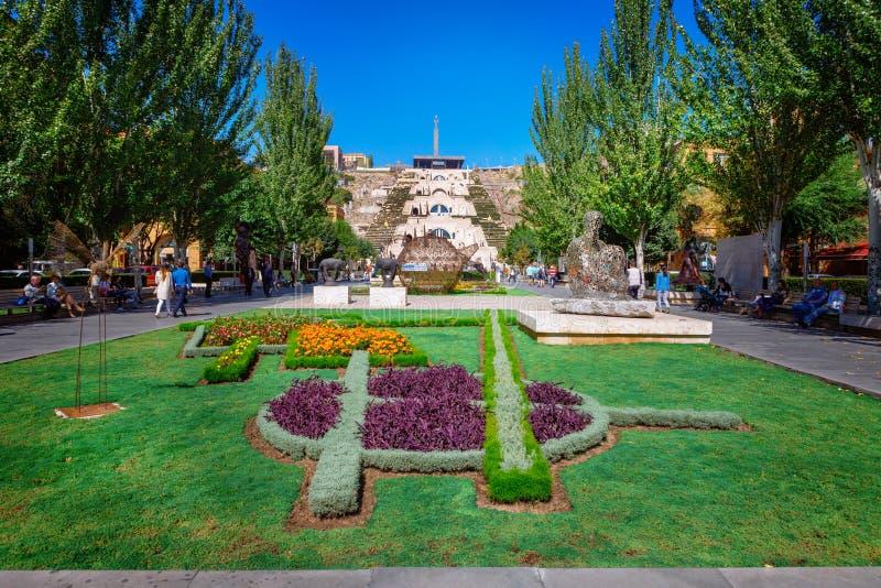 Ереван, Армения - 26-ое сентября 2016: Сад центра искусства Cafesjian перед музеем каскада стоковые фото