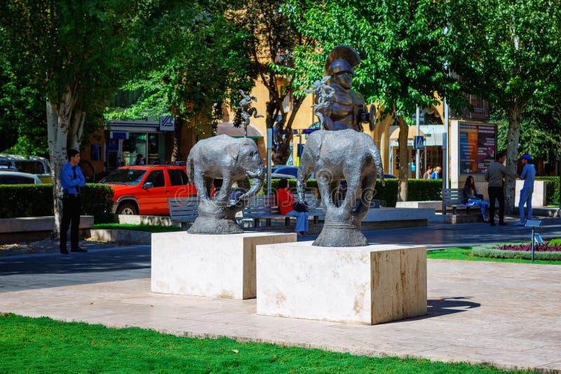Ереван, Армения - 26-ое сентября 2016: Скульптура, 2 слона, расположенного в саде центра искусства Cafesjian стоковые фотографии rf