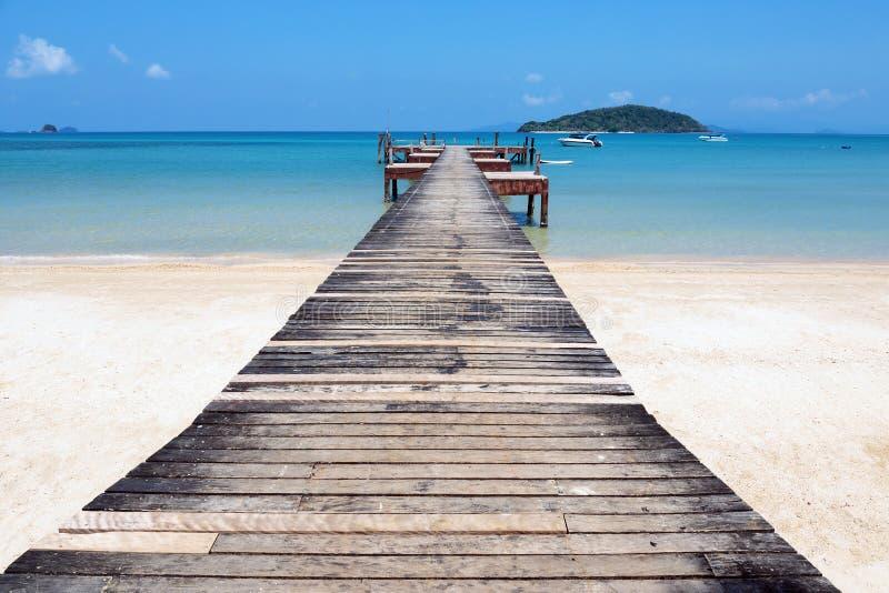 деревянная мола на экзотическом острове пляжа, Таиланде стоковые фотографии rf