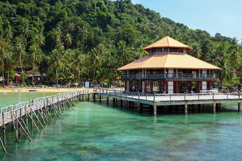 деревянная мола на экзотическом острове пляжа, Таиланде стоковое фото