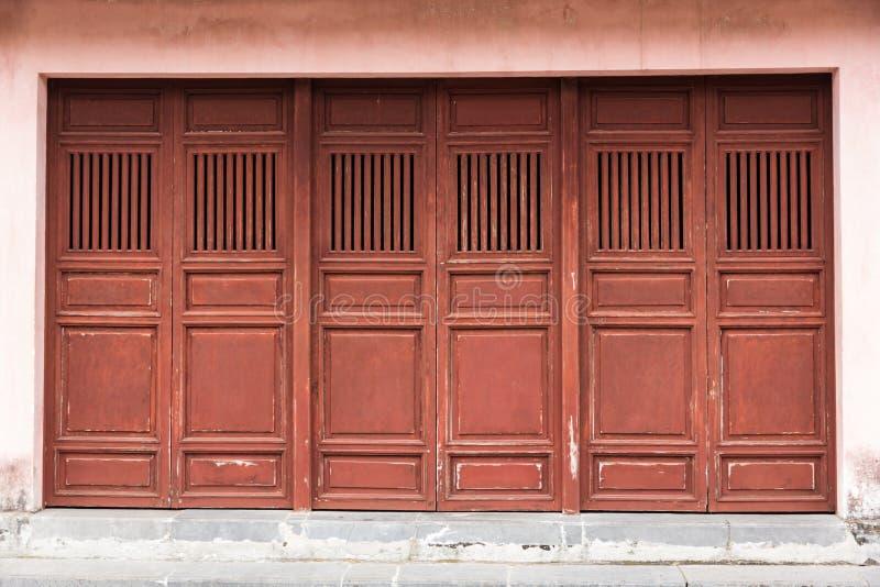 Download деревянное дверей старое стоковое фото. изображение насчитывающей выдержано - 41657484
