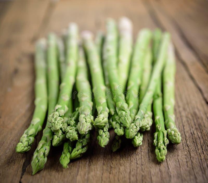 деревянное принципиальной схемы предпосылки спаржи свежее зеленое здоровое vegetable стоковое изображение