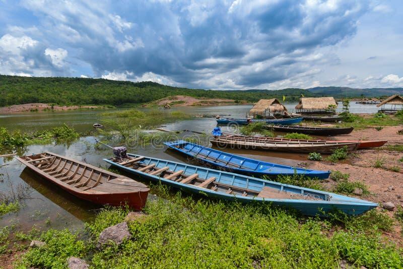 деревянные шлюпки - длинные шлюпки стоковые фото
