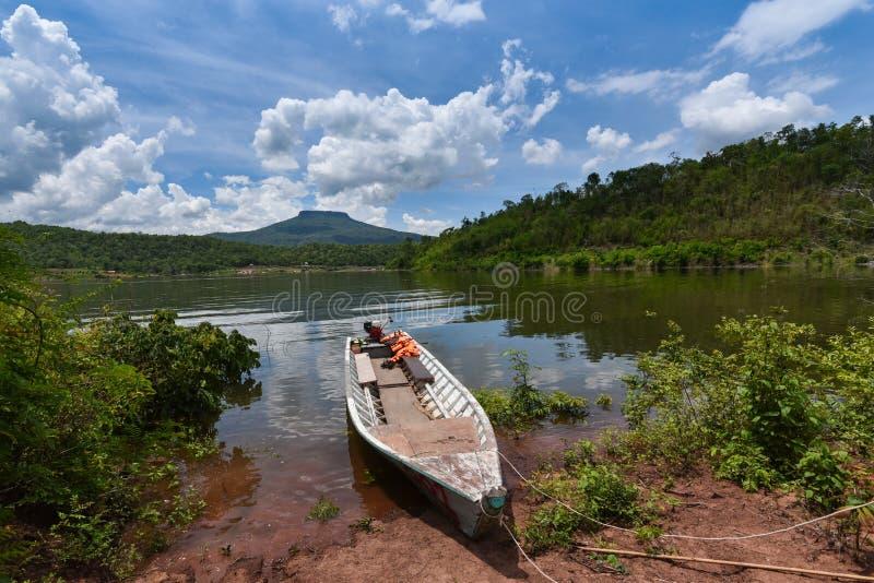 деревянные шлюпки - длинные шлюпки стоковое фото rf