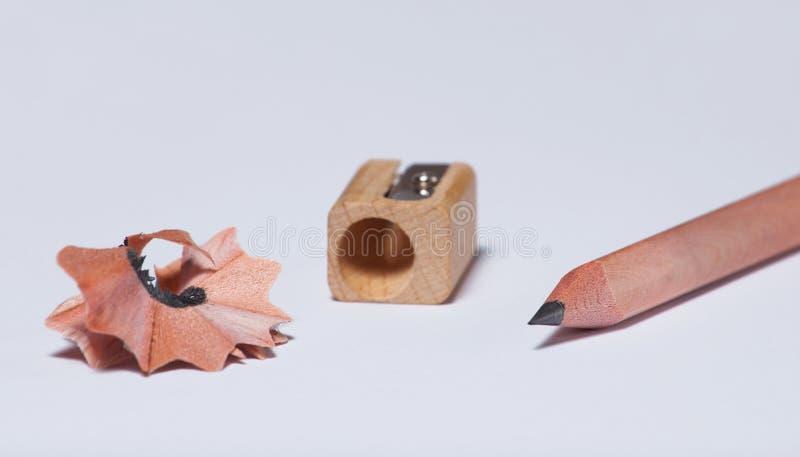 деревянный простой карандаш, точилка для карандашей и shavings стоковая фотография rf