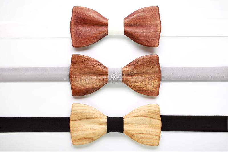 3 деревянных бабочки с белыми, серыми и черными лентами Плоское изолированное положение, Объединяйтесь в команду работа, карьера, стоковые фото