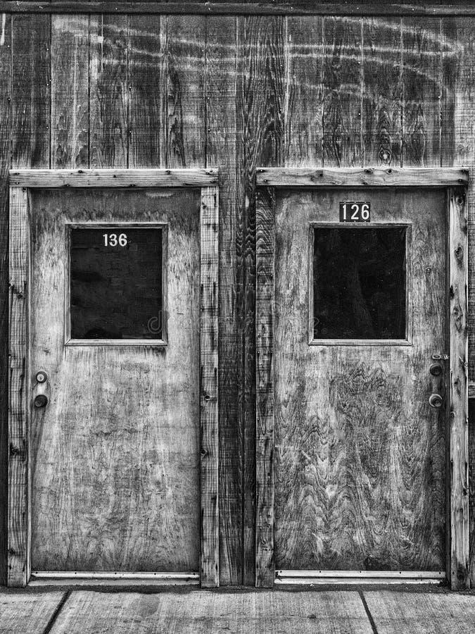 2 деревянных двери в черно-белом стоковые фотографии rf
