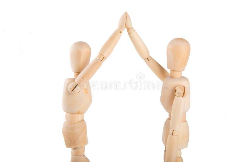 2 деревянных марионетки обменивая максимум 5 стоковая фотография