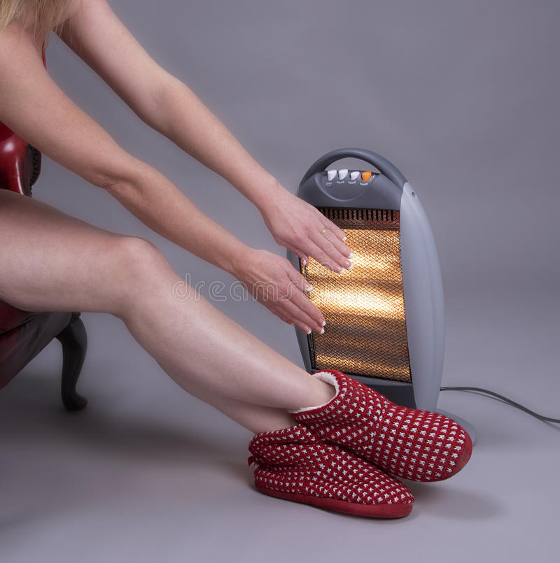 держать теплым Руки и ноги женщины грея стоковая фотография