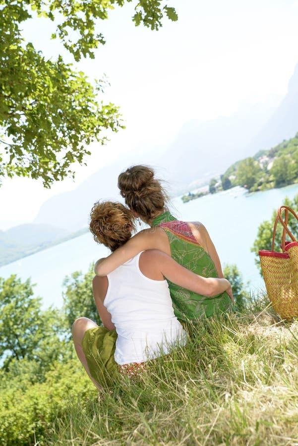 Download 2 лесбиянки в природе восхищают ландшафт Стоковое Изображение - изображение насчитывающей семья, секс: 41659999