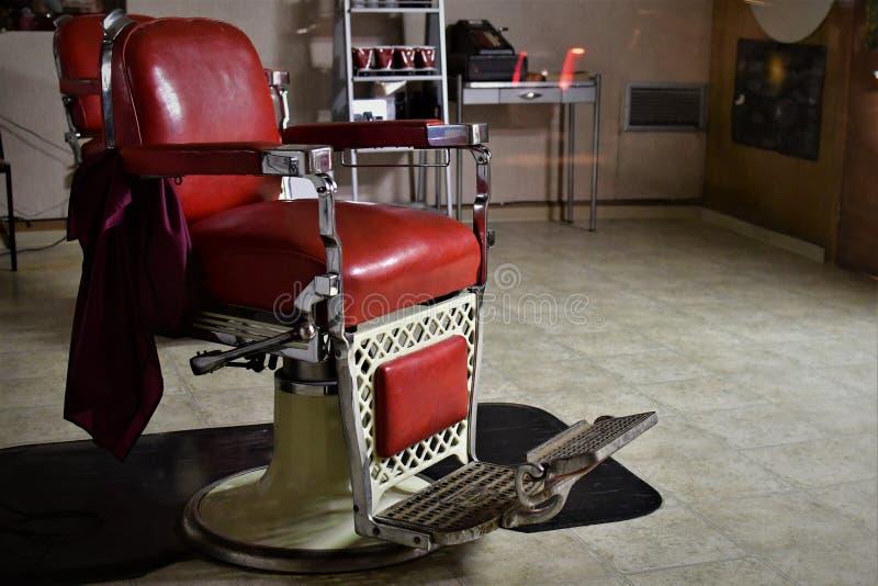 Если только этот стул смог поговорить ждать следующего клиента для того чтобы сидеть в этом старом стуле парикмахера стоковые фотографии rf