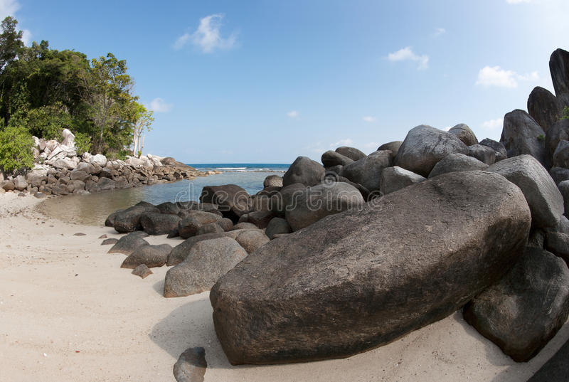 Естественная горная порода в море и на пляже с белым песком в острове Belitung, Индонезии стоковое фото rf
