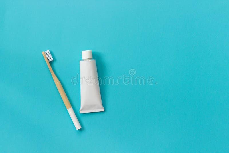 Естественная дружественная к эко бамбуковая щетка с белыми щетинками  стоковое изображение