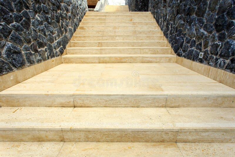 Естественная лестница травертина в доме стоковые фотографии rf