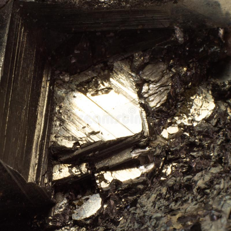 Естественная золотая текстура макроса пирита стоковые фото