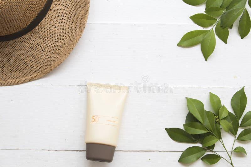 Естественная косметика для солнцезащитного крема spf50 стороны кожи женщины стоковое изображение