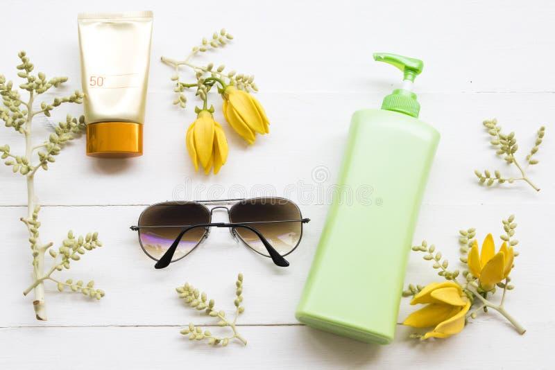 Естественная косметика sunsceen spf50 с цветком ylang стоковое фото rf