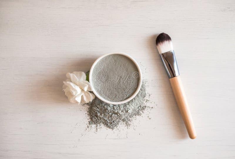 Естественная косметическая лицевая маска в керамическом шаре стоковое фото rf