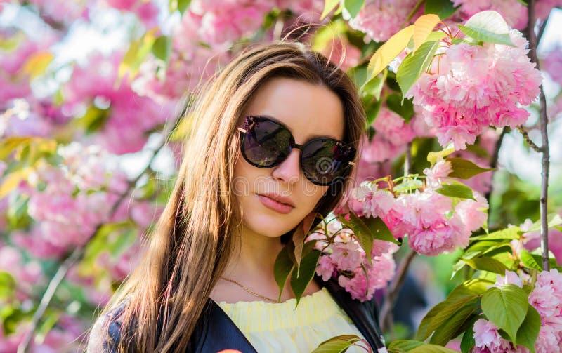 Естественная красота лета девушка в цветке вишни Зацветать дерева Сакуры цветене цветка женщины весной skincare и спа стоковые фотографии rf