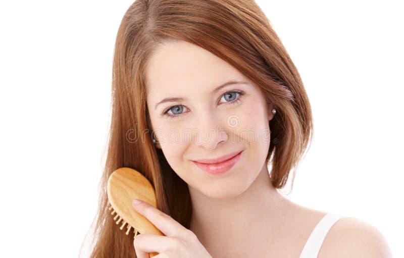 Естественная красотка расчесывая усмехаться волос стоковые фото