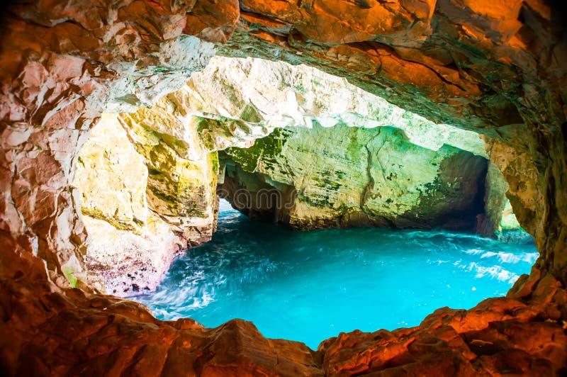 Естественная круглая пещера выглядит как окно сделанное силой природы морских вод Средиземного моря стоковая фотография