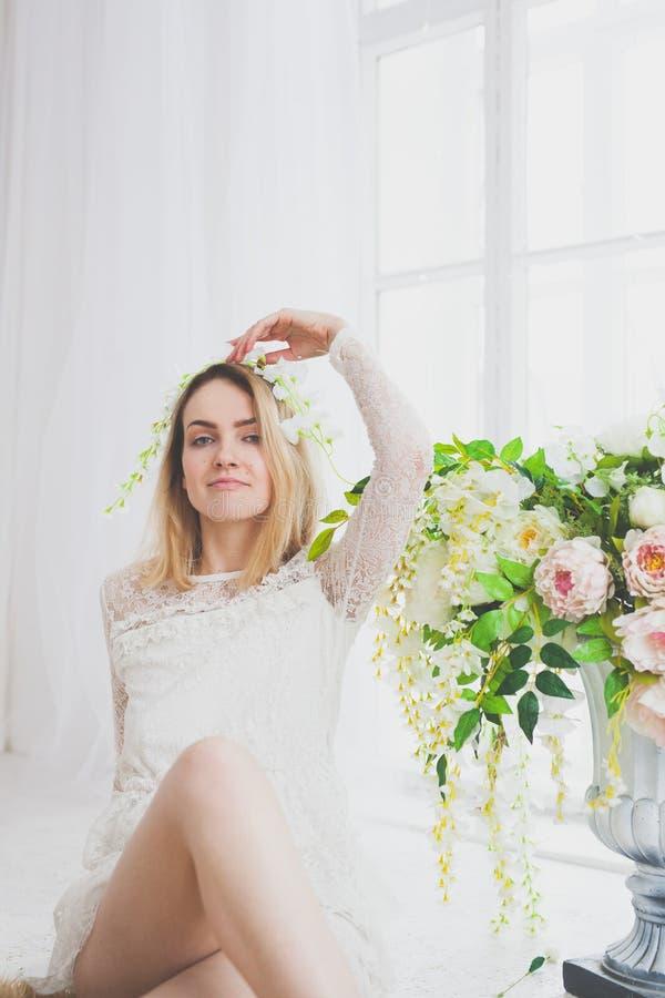 Естественная молодая женщина представляя с цветками стоковые фотографии rf