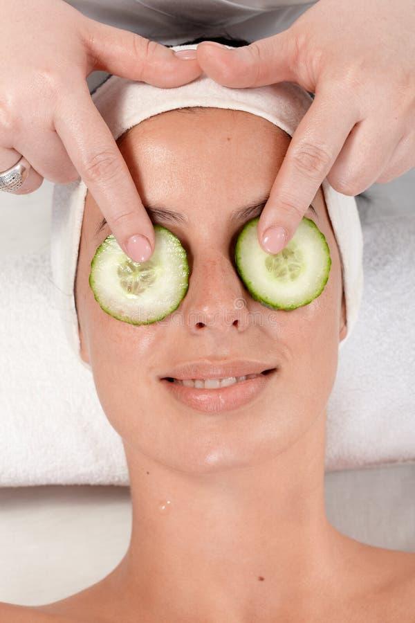 Естественная обработка красотки с огурцом на глазах стоковое фото rf