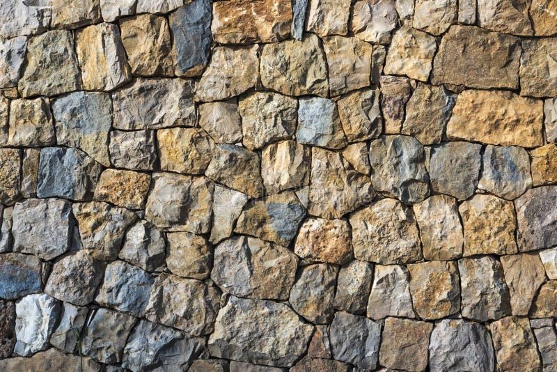 Естественная предпосылка каменной стены с скачками камнями в тенях бежевого и серого стоковые фотографии rf