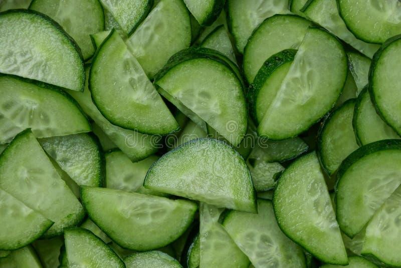 Естественная текстура небольших частей свежих огурцов стоковая фотография rf