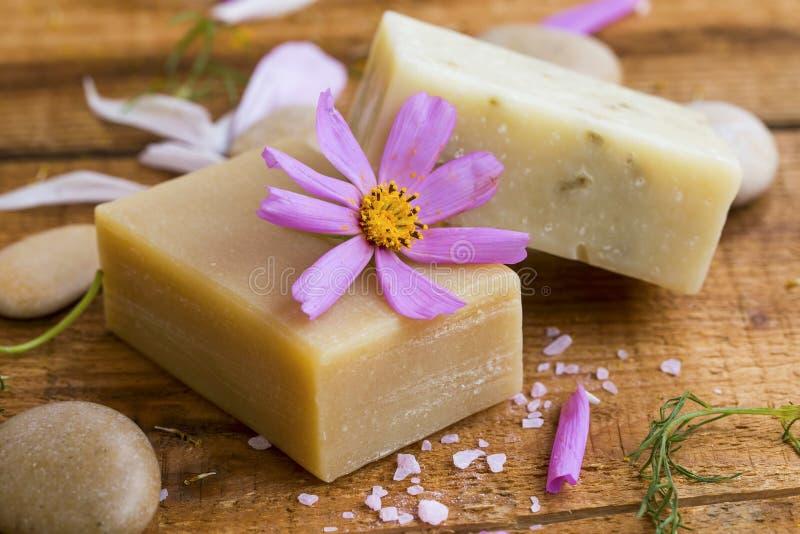 Естественное домодельное мыло с выдержками и эфирным маслом цветка, ho стоковые фото