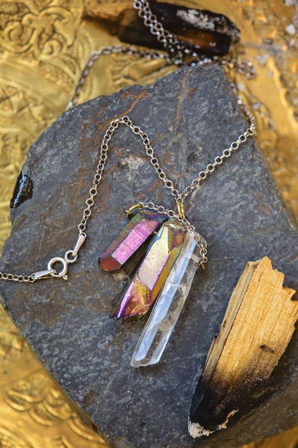 Естественное кристаллическое ожерелье камня кварца стоковые фотографии rf