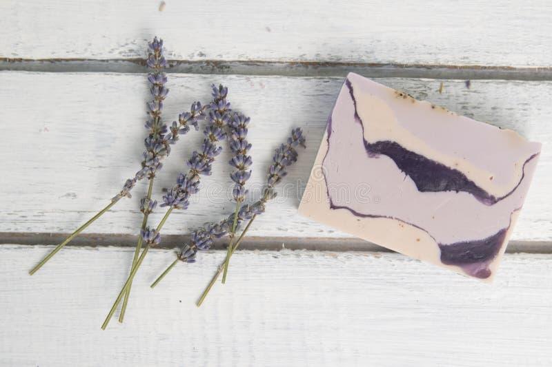 Естественное мыло лаванды с лавандой цветет на ем стоковая фотография