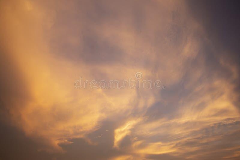 Естественное небо вечера цветов посветить новому дню для рая, свет от  стоковые фотографии rf