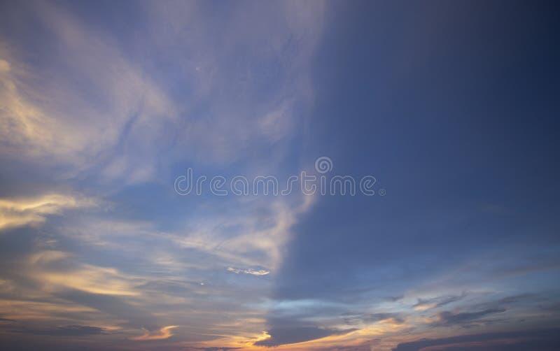 Естественное небо вечера цветов посветить новому дню для рая, свет от  стоковое изображение