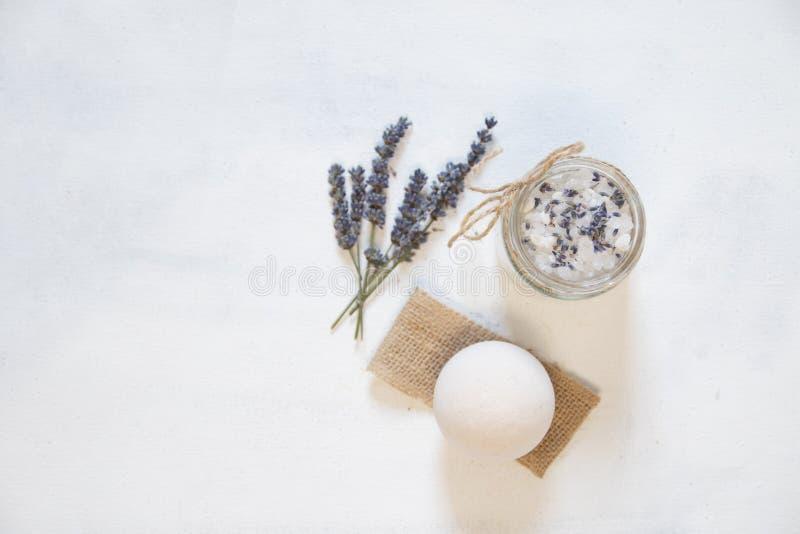 Естественное травяное соль моря с ароматичной лавандой - идеальной для релаксации Косметические опарникы и бутылки с солью, лаван стоковая фотография rf
