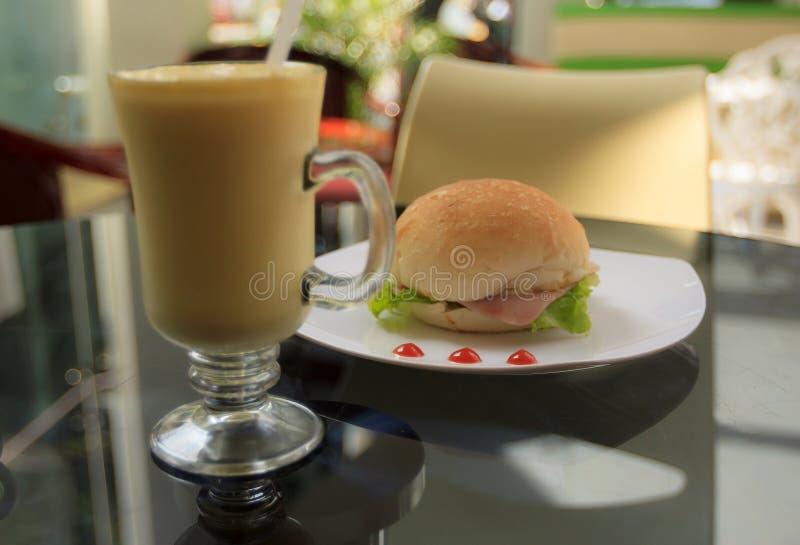 Естественное фото освещения вскользь завтрака в кафе стоковые фото