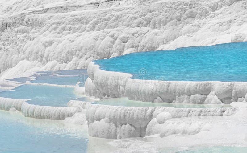 Естественные бассейны, травертины и террасы термальных весен в Pamukkale, Denizli, Турции Замок хлопка стоковое изображение