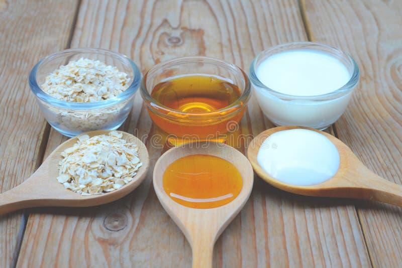 Естественные ингридиенты для домодельной стороны тела Scrub мед и югурт овса перл макроса имитировать поля детали глубины контейн стоковое изображение