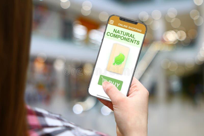 Естественные компоненты идея, девушка с frameless телефоном на запачканной предпосылке мола стоковая фотография rf