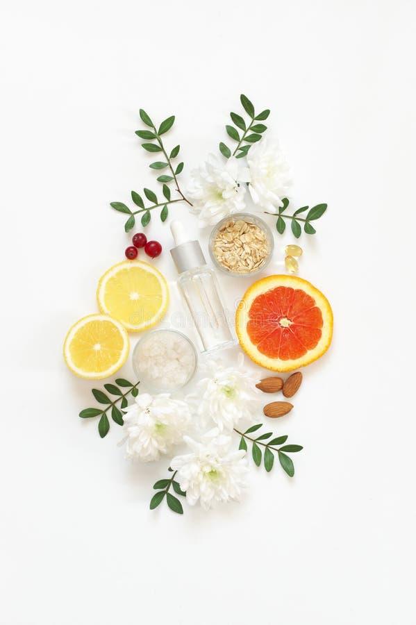 Естественные органические косметики и цветки стоковая фотография rf
