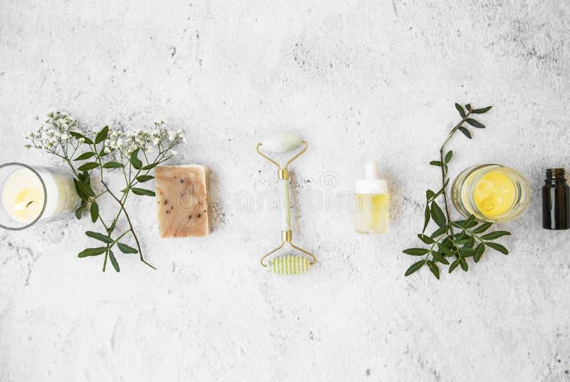Естественные органические продукты skincare на конкретной предпосылке, взгляде сверху, зеленом естественном skincare и заботе кра стоковое фото rf