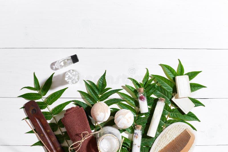 Естественные продукты красоты skincare курорта и ароматерапии с аксессуарами ванной комнаты включая exfoliating scrubs, смазывают стоковая фотография