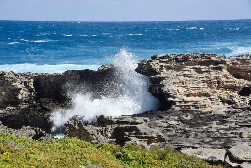 Естественные свод известняка и брызг моря стоковые изображения rf