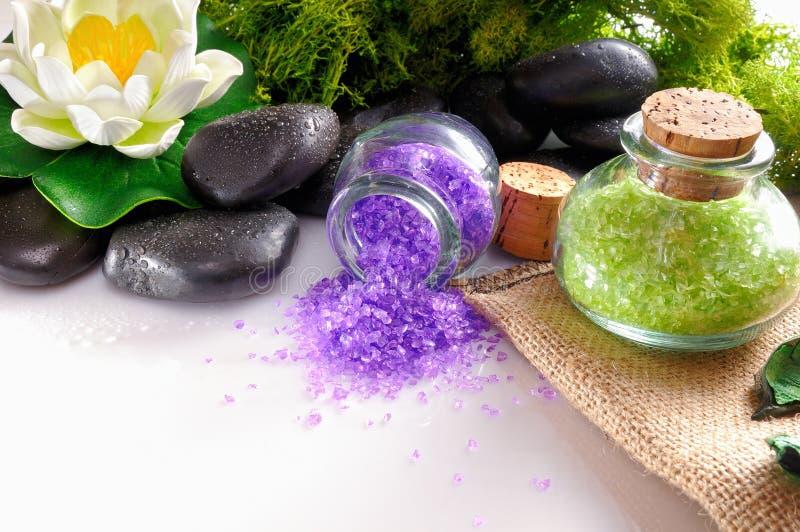 Естественные соли для принятия ванны закрывают вверх на белой таблице стоковая фотография rf