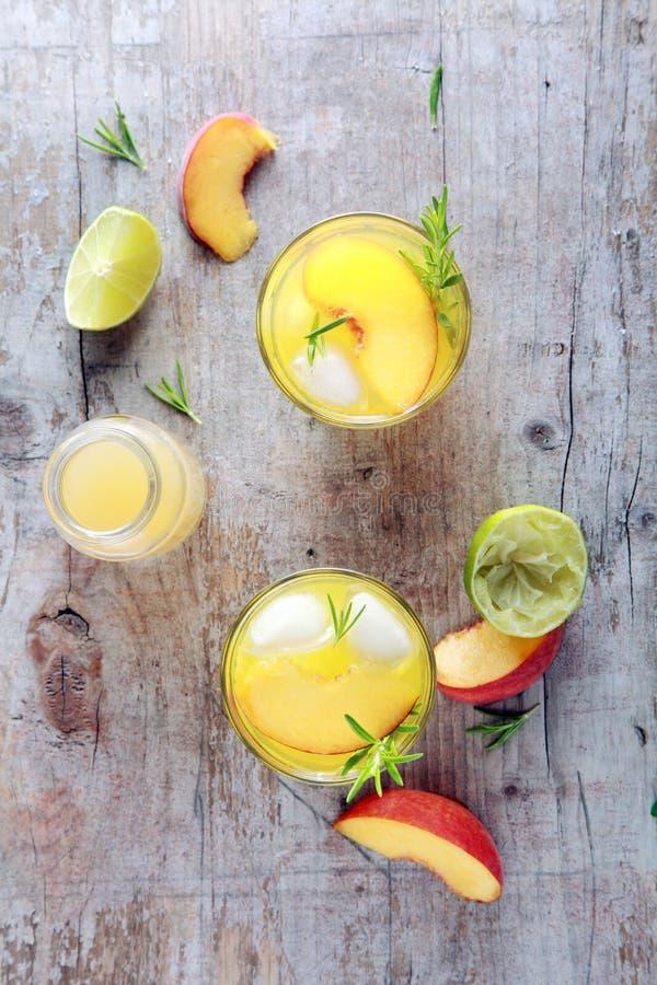 Естественные фруктовые соки на таблице стоковые фото