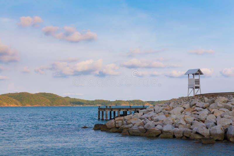 Естественный ландшафт над морем с малой стойкой личной охраны стоковые фотографии rf