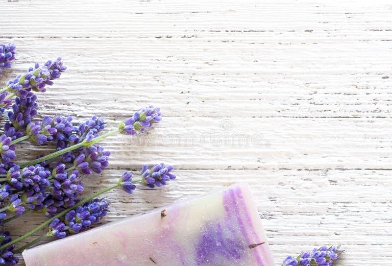 Естественный бар мыла с цветками лаванды стоковые изображения