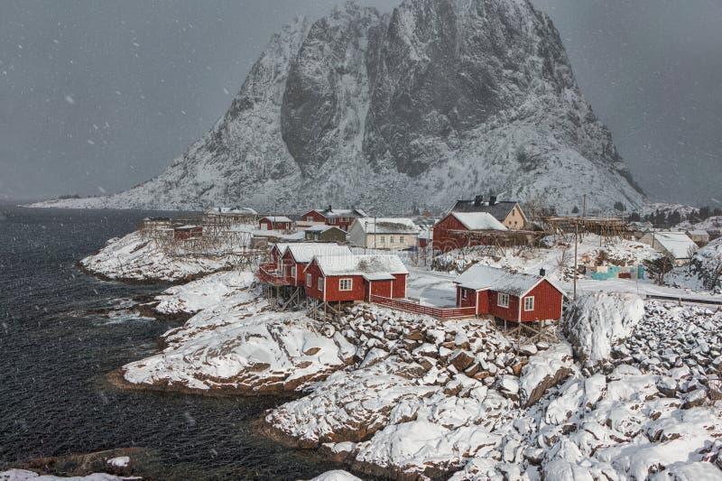 Естественный взгляд Snowy деревни Hamnoy на островах Lofoten стоковые фото