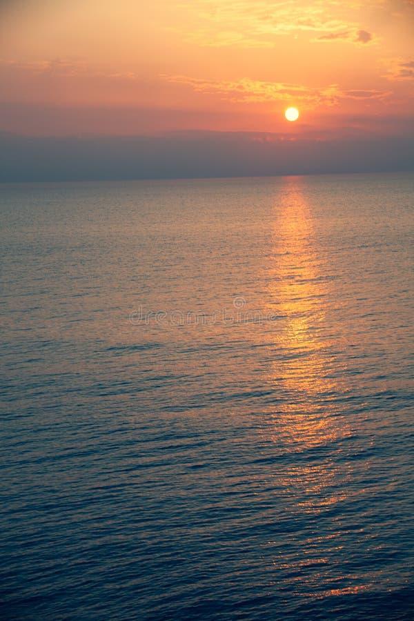 Естественный восход солнца захода солнца сверх Яркое драматическое небо и темная земля Ландшафт сельской местности под сценарным  стоковое фото rf