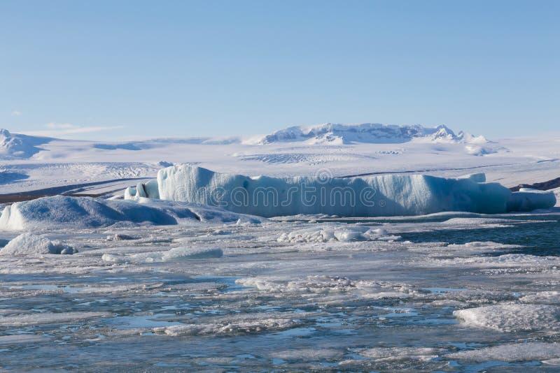 Естественный лед зимы ломая на озере с ясной предпосылкой голубого неба стоковые фото